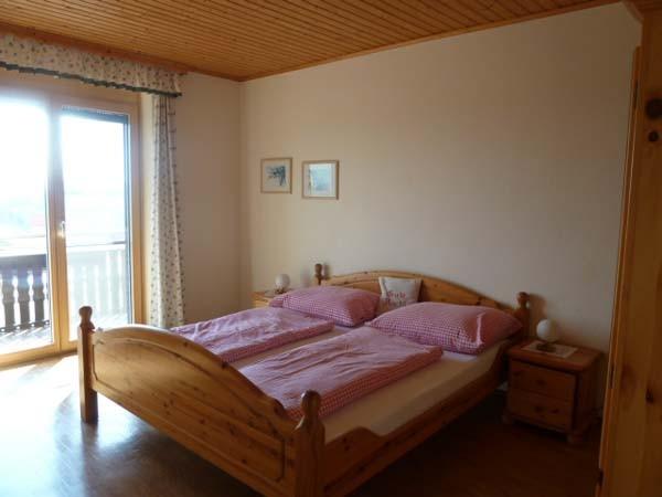 Schlafzimmer in der Ferienwohnung, Balkon mit  Weinlandblick