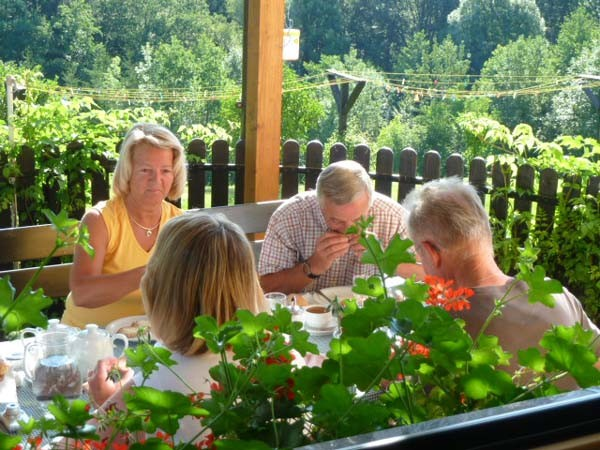 Terrassenfrühstück in der Morgensonne, beliebter Frühstücksplatz
