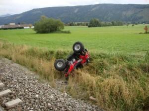 Zug rammt Quadgespann – Lenker unverletzt.
